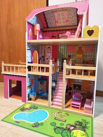 Duży domek drewniany dla lalek z meblami, basen i garażem