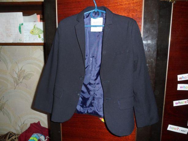 Школьная форма: пиджак школьный и брюки.