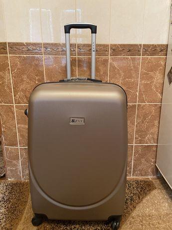 Большой пластиковый чемодан. Новый