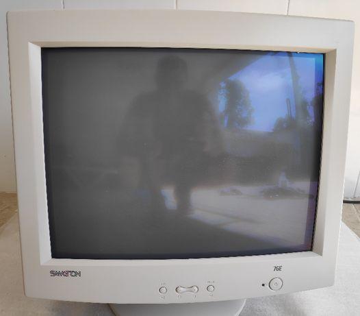 Monitor Samtron 76E. CRT de 17 polegadas