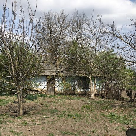 Продам земельну ділянку зі старою хатою