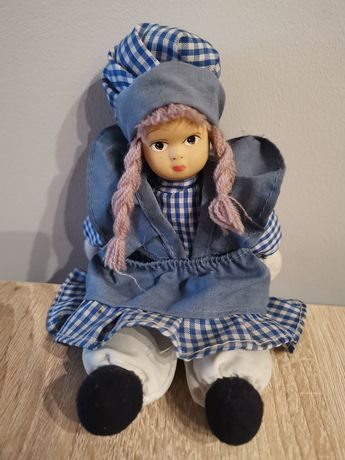 Lalka w sukience w kratkę