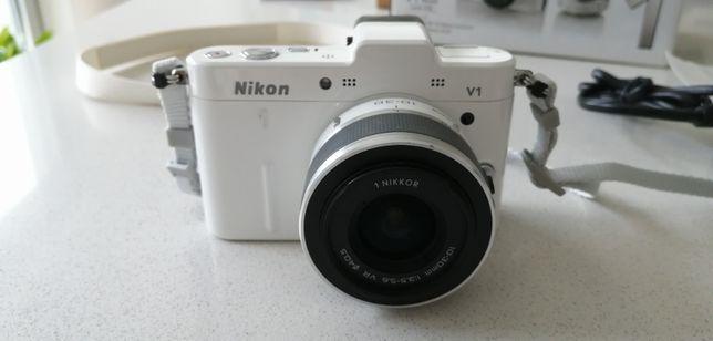 Maquina fotográfica NIKON 1 V1 com uma lente Nikkor 10-30mm.