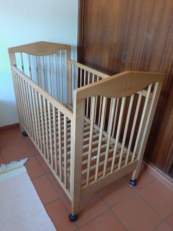 Cama de grades para bebé/criança em madeira