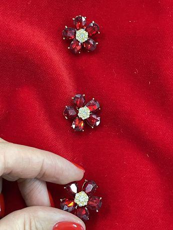 Золотистая пуговица инкрустированная красными и белыми кристаллами