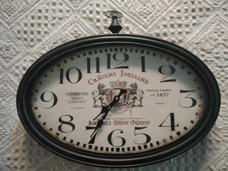 Настенные часы в винтажном стиле.