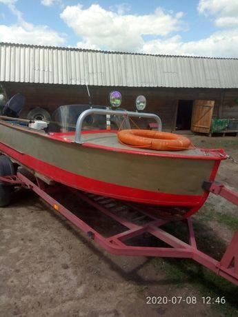 лодка з мотором.