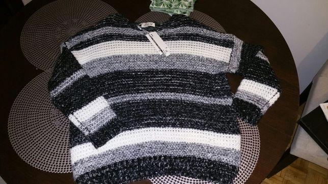 Sweter w czarno-białe pasu
