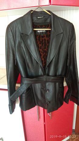 Продам женскую кожаную курточку.
