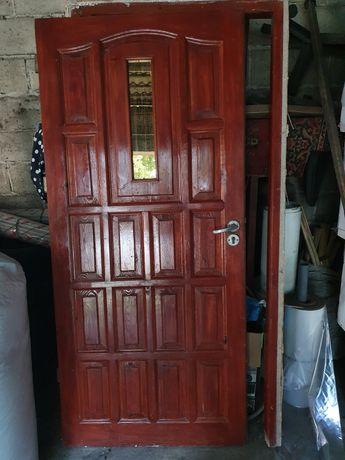 Drewniane drzwi wejściowe z futryną