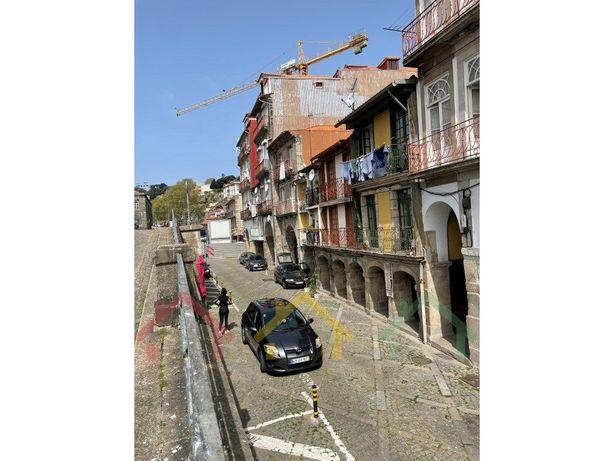 Prédio em Miragaia, com vista para o rio Douro.