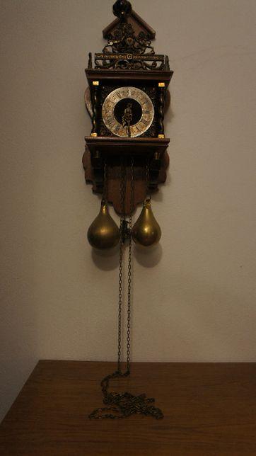Zegar holenderski z pięknymi zdobieniami mosiężnymi.