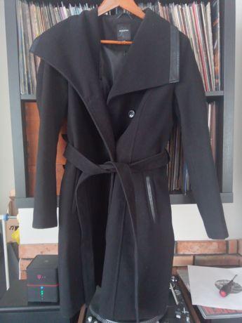 Reserved czarny płaszcz w rozmiarze 42