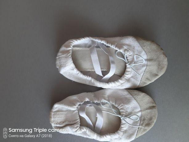 Черные и белые балетки чешки