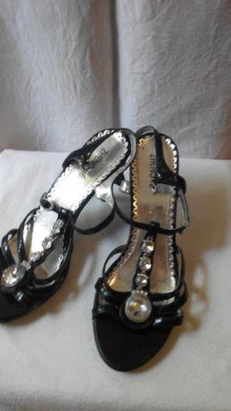 Босоножки на каблуку