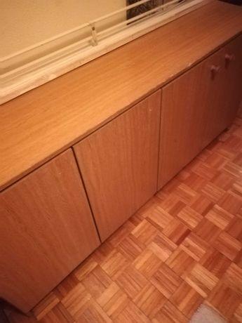 Móvel de madeira com 4 portas