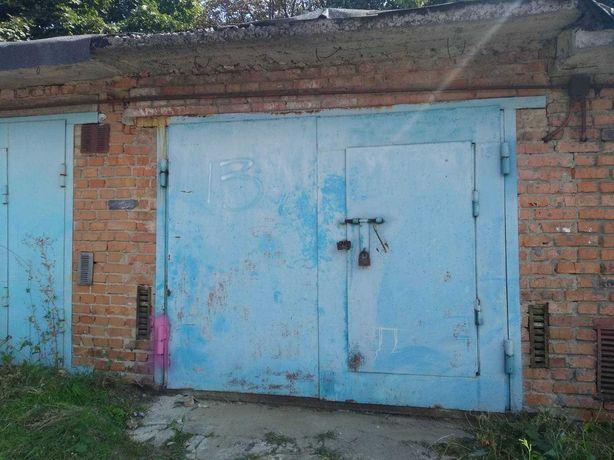 Цегляний гараж у масиві біля тролейбусного парку.