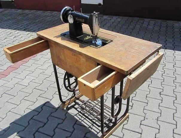 Maszyny do szycia, trzy sztuki ze stołem