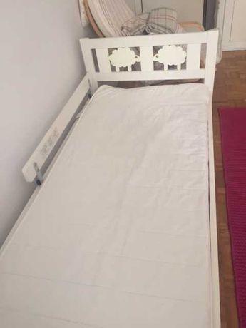 Cama de criança em bom estado com colchão e resguardo