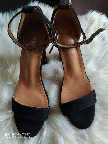 Sandałki z haftem 39