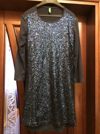 Продам детское платье Benetton рост 130! Катоновое, впереди в пайетках