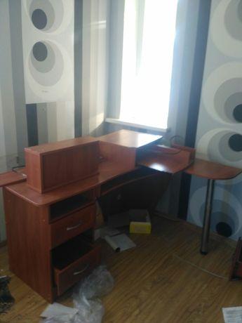 Кампютерный стол в хорошем состоянии