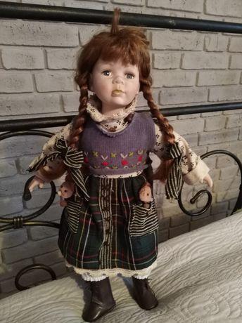 Ruda lalka porcelanowa.