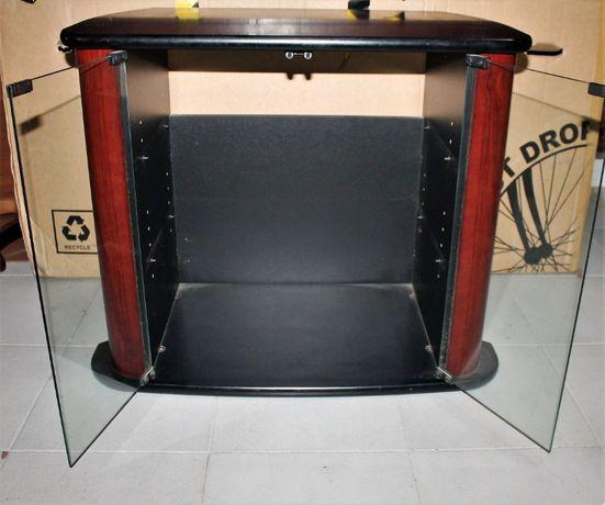 Mesa de tv com portas de vidro