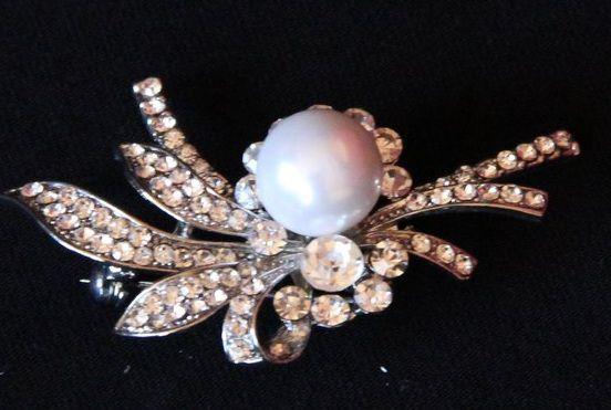 Śliczna broszka ze sztuczą perełką i kryształkami w kol. srebrnym