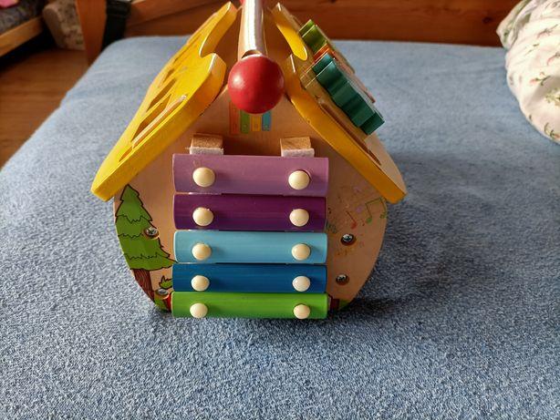 Drewniany domek zabawkowy