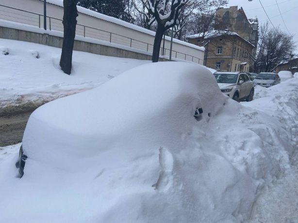 відгортання снігу. чищення снігу з машин. чищення. сніг . лопата.львів