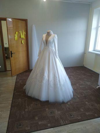 Весільна сукня з дорогої тканини