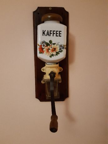 Porcelanowy młynek ręczny, wiszący, na ścianę do kawy retro vintage