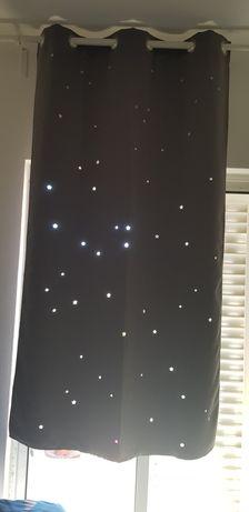 Cortinas opacas perfuradas com estrelas. Largura 105 cm x Altura 180 c