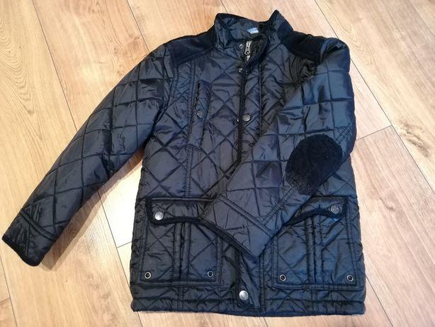 Czarna kurtka z przeszyciami