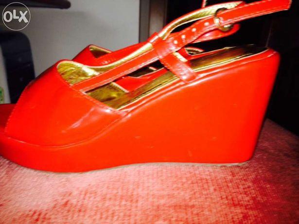 Sandálias vermelhas novas da semáforo
