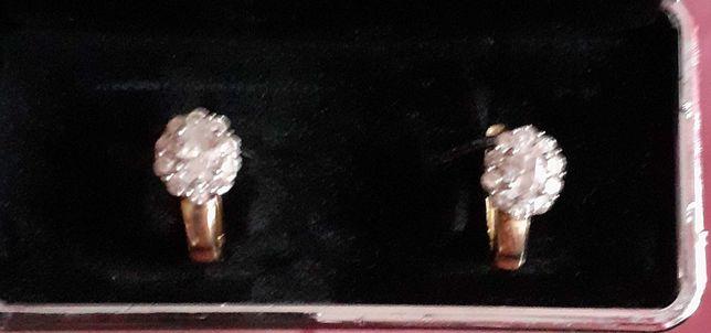 Złote kolczyki z cyrkoniami.