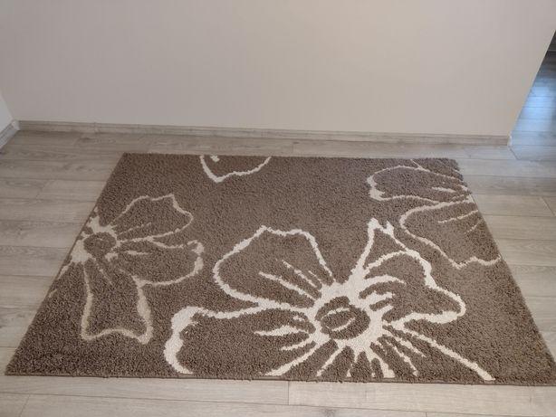 Dywan brązowy w kwiaty