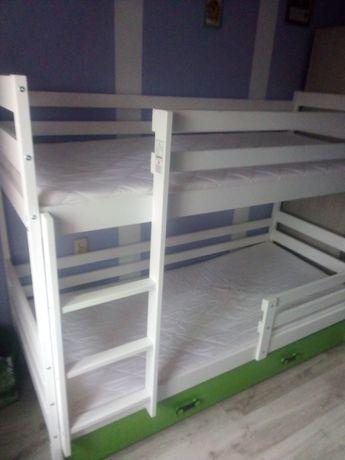Łóżko piętrowe z materacami