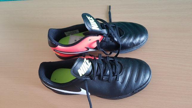 NIKE chłopięce buty sportowe typu halówki 35,5