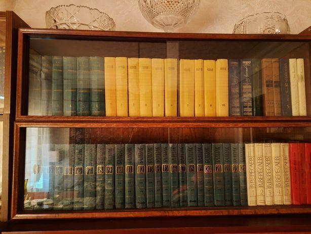 Полки для книг.2 штуки Темные полированные внутри и снаружи.
