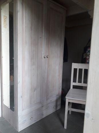 Drewniana szafa z szufladą