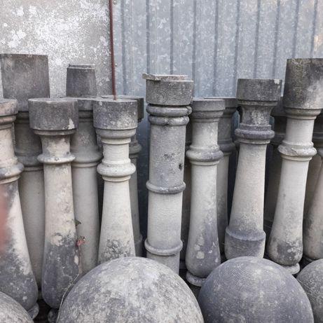 Balaustres e corrimão em pedra antiga