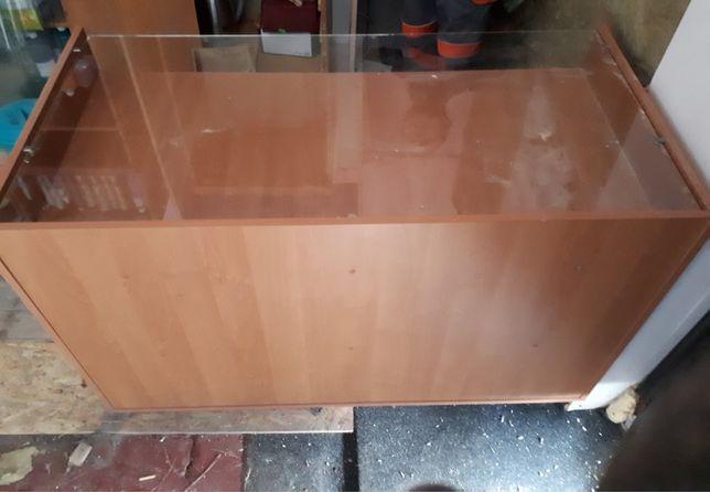 Торговая витрина под стеклом