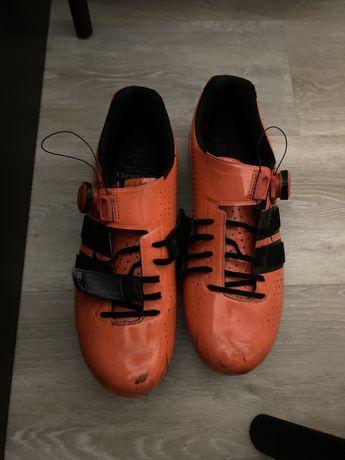 Sapatos Giro Capacete Luvas Jersey Calção Castelli Assos Fox Gore
