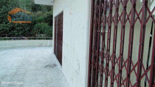 Loja bem localizada 2 Pisos com terraço para esplanada