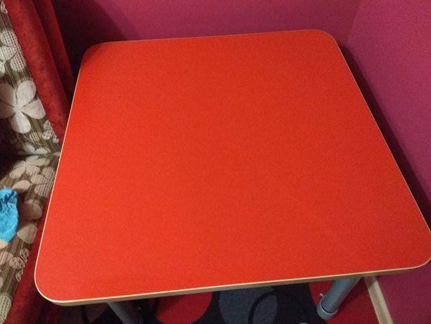Stolik dla dziecka i 3 profilowane krzesła