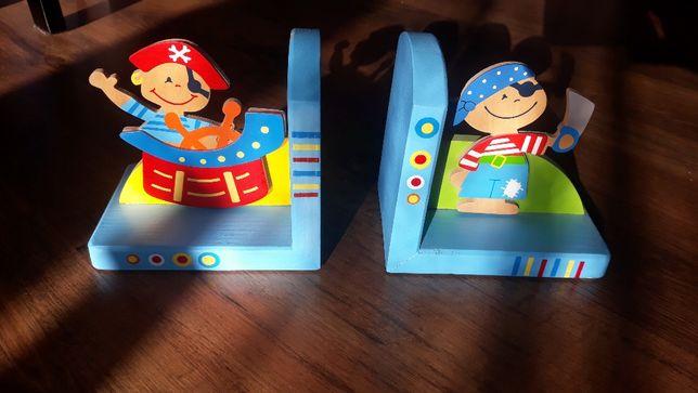 Stojak do książek dla dziecka pirat + zawieszka do zdjęć