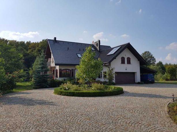 Piękny dom nad stawem przy lesie z domkiem gospodarczym i ogrodem