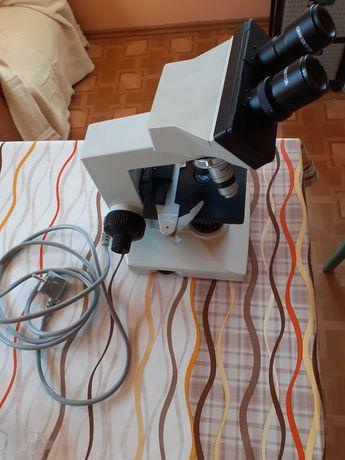 Mikroskop labolatoryjny